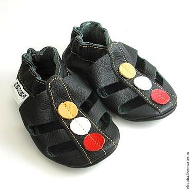 Обувь ручной работы. Ярмарка Мастеров - ручная работа Кожаные тапочки чешки пинетки сандалики чёрные кружочки ebooba. Handmade.