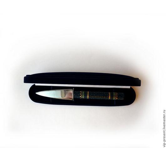 vip подарки Нож для резки бумаги   рукоятка ножа изготовлена из липы и выполнена в довольно редкой технике инкрустации под скань.   Рисунок собран из тончайших металлических пластинок, которые изготавливаются вручную.И всё изделие покрыто 8 слоями лака что позволяет не чувствовать на ощупь пластины и придает изделию богатый глянец. Изделие в бархатной коробке