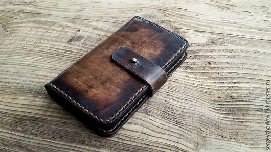 Чехол для телефона изготовлен из высококачественной кожи растительного дубления.