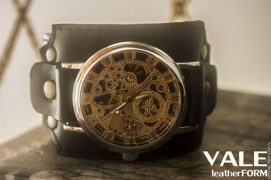 Часы наручные механические на черном браслете.
