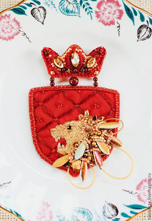 """Броши ручной работы. Ярмарка Мастеров - ручная работа. Купить Брошь """"Ланнистеры"""". Handmade. Ярко-красный, красная корона"""