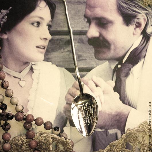 Гладкое черпало серебряной чайной ложки `Роза` может быть украшено вензелем, монограммой, дарственной надписью, памятной датой. Ложка с гравировкой - хороший подарок на День рождения, Юбилей, Крестины, Именины.