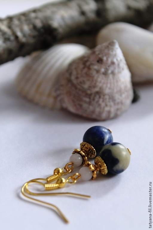 Серьги с синим обсидианом и белым граненым жадеитом. Фурнитура цвета золота