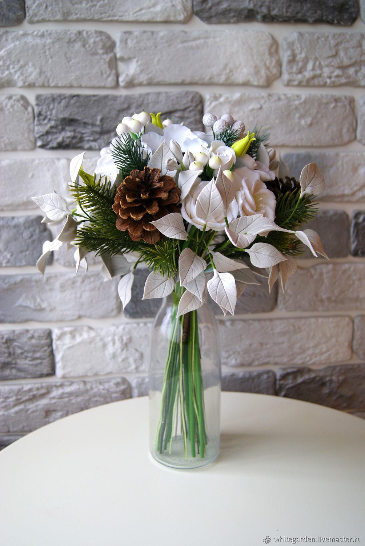 Букет с белыми розами, еловыми ветками и шишками. Цветы из полимерной глины. Купить цветы из глины. Цветы в интерьер. Искусственные цветы. Букеты из полимерной глины. Цинния. Розы. Букет из глины.