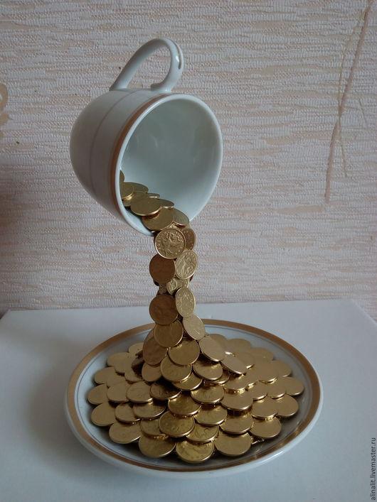 Парящая чашка с водопадом из монеток. Alina