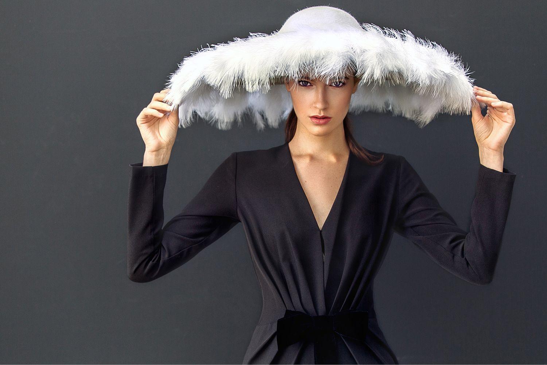 посадка женская шляпа с перьями фото днем