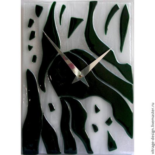 Часы из цветного стекла выполнены вручную в технике спекания. В часовом механизме предусмотрена петелька для подвешивания на стену.