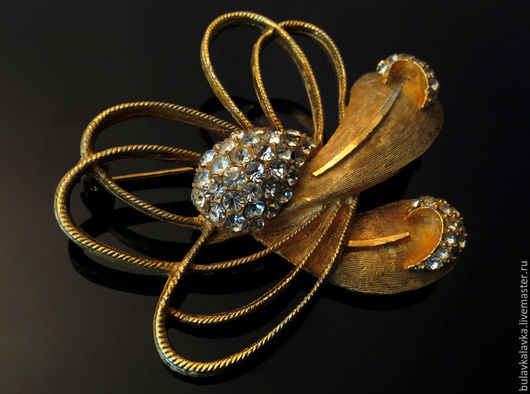 BSK Винтажная брошь в виде золотого узелка украшенного стразами. Брошь крупная, маркирована клеймом BSK.