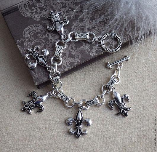 Браслет Fleur de lys. браслет с геральдическими королевскими лилиями. Браслет выполнен из фурнитуры цвета античного серебра. Длина браслета 18 см, размер подвесок лилий 2,5х2 см.