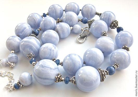 Голубые бусы из серебра агатов и сапфиров. Бусы полностью выполнены из серебра и природных голубых агатов (сапфиринов), шарики 14 мм, отличного качества, с добавлением граненых голубых сапфиров.