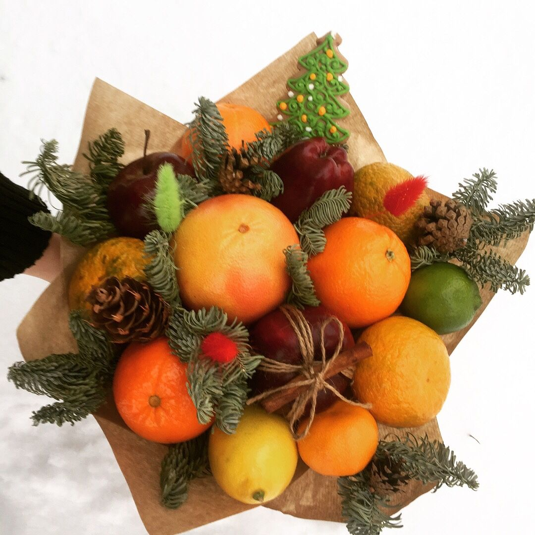 Новогодний букет из цветов и фруктов, шар синих роз