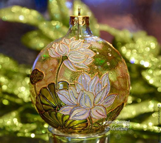Стеклянный елочный шар `Белый лотос`. Витражная роспись
