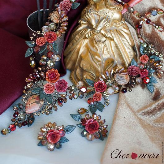Комплект украшений, цветы из полимерной глины. Колье и серьги с цветами крупный план.