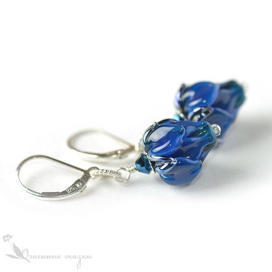 Украшения из стекла lampwork, серебро 925 пробы, французский замок, небольшие серьги. Индиго, темно-синие серьги, синие цветы сережки, серьги серебро и стекло. Подарок для любимой, девушки, подруги