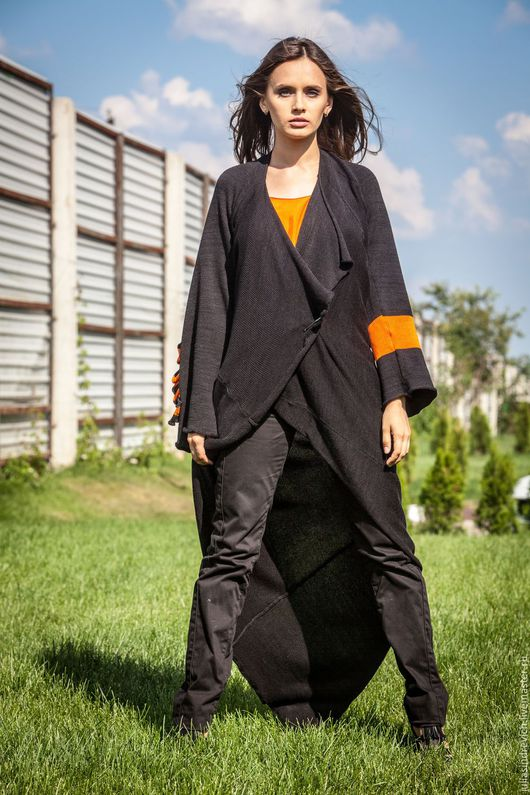 КМГ_001 Пальто ассиметричное с углом, из платья МГ_003, с длинными рукавами, с лацканами, цвет черный с оранж.крестом на рукаве, на спине оранжево-черное жабо. КМГ_003 Топ ШИТЫЙ оранж.