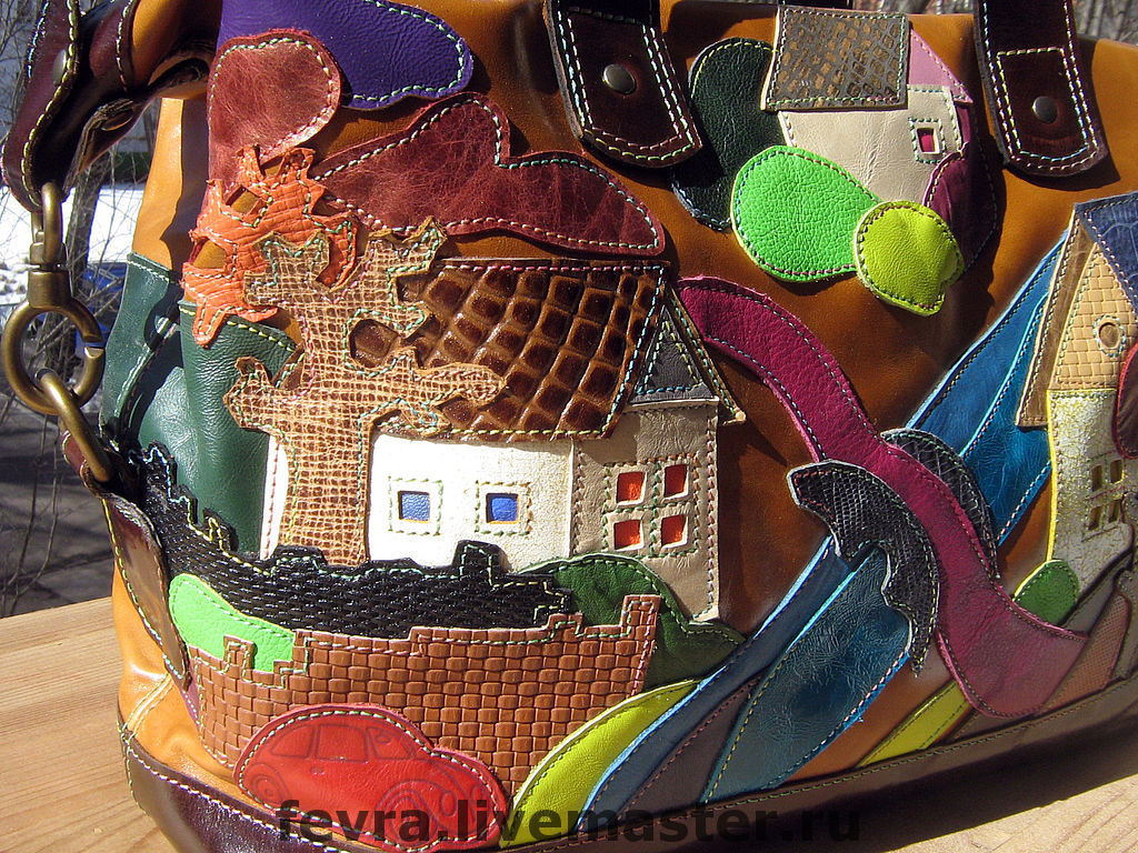 The left side of the bag with a house, a tree and a red car in the foreground.
