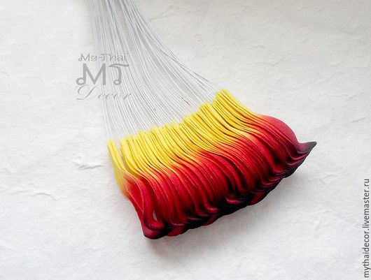 Лепестки красно-желтые с черной обводкой загнутые My Thai Материалы для флористики из Таиланда