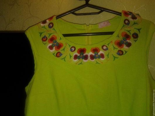 Очень яркий нарядный воротничок украсит летнее платье или блузку. Выполнен яркими цветными нитками на мелкой трикотажной сеточке.