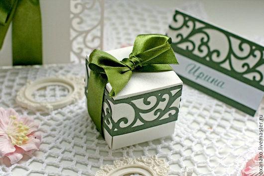 Бонбоньерка белая с зеленым украшением из коллекции свадебных аксессуаров «Оливковая роща»