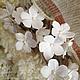 Веночек из белых маленьких цветочков в прическу невесты