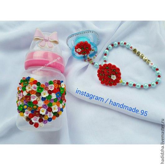 Бутылочка с именной пустышкой, украшенные цветочками из полимерной глины