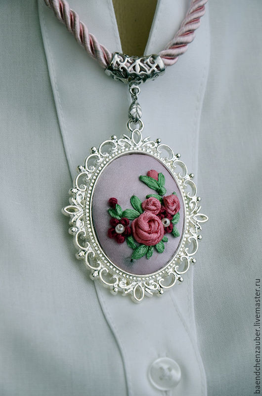 """Колье, бусы ручной работы. Ярмарка Мастеров - ручная работа. Купить Медальон """"Розовый"""". Handmade. Бледно-сиреневый, Вышивка лентами"""