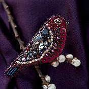 Гранатовая Амадина. Вышитая брошь птичка. Бисер, кристаллы, пайетки
