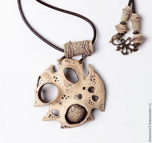 Комплект украшений из полимерной глин. Крупный кулон, серьги, браслет. Имитация кости. Стильное оригинальное украшение.