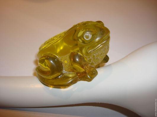 """Миниатюрные модели ручной работы. Ярмарка Мастеров - ручная работа. Купить фигурка из янтаря """"лягушка"""" - 3. Handmade. Оливковый, фигурка"""