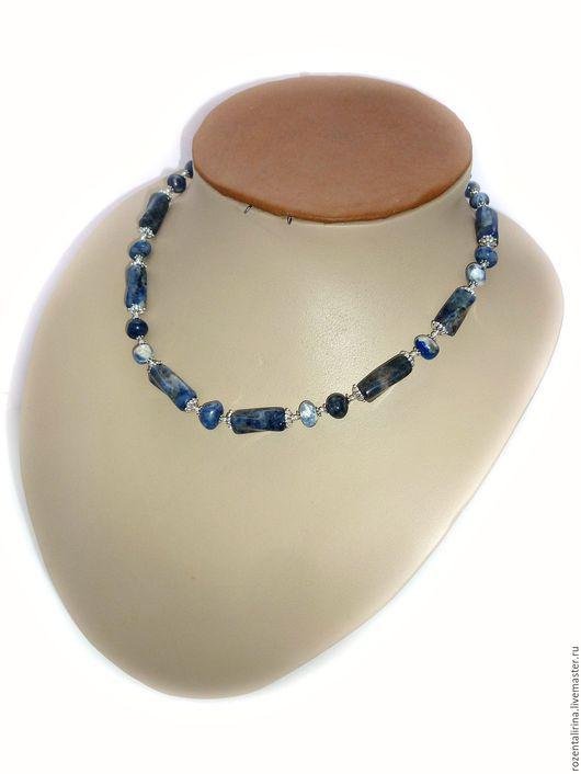 Колье `Сорсавеси`` выполнено из натурального Содалита. Качественная металлофурнитура цвета серебра .