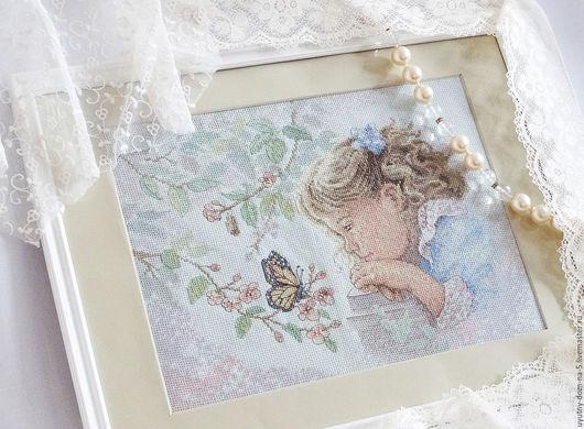 Вышитая картина `Девочка с бабочкой`. Ручная работа. Вышивка крестом.