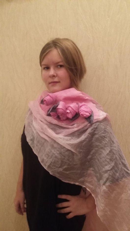 нежно-розовый палантин с красивым переливом. Украшен розовыми розами из 100% шерсти мериноса