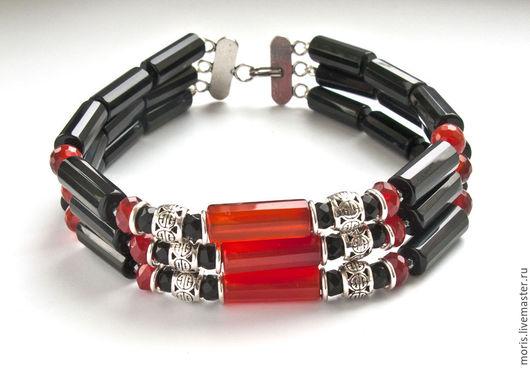 Мужской браслет из серебра чёрных и красных камней. Серебряный мужской браслет из натуральных камней на три нити, натурального сердолика красивого красноватого цвета и черного оникса.
