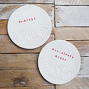 пара белых блюдец с забавными надписями