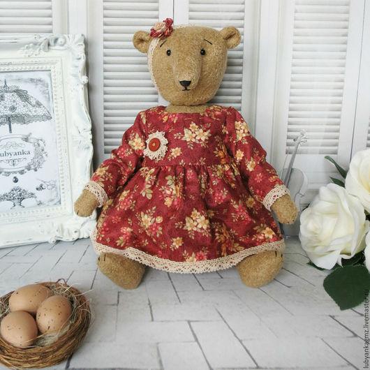 Мишка тедди. Тедди. Мишка игрушка. Мягкие игрушки. Мишка. Медведь. Медвежонок. Медведица. Игрушки деревенские. Деревенский стиль. Деревенское платье. Бежевый цвет.  Мелкие цветочки. Леди и медведи