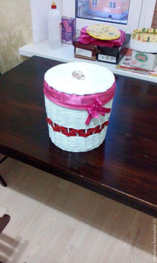 Корзинка из бумажных трубочек для хранения мелочей и украшения интерьера