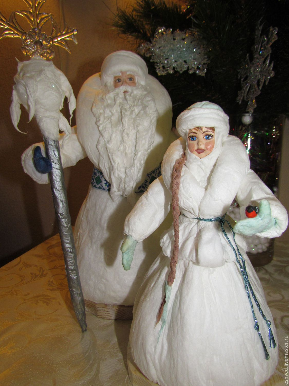 дед с резиновой куклой и внучкой