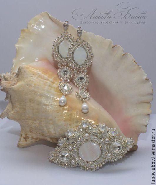 Комплект из серег и заколки `Эос` с кристаллами и жемчугом. Длинные белые серьги, заколка для волос, украшение в волосы.