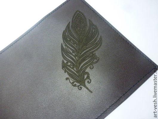 Обложка для паспорта Перо.  Кожаная обложка на паспорт Обложка есть из кожи  шоколадного цвета.