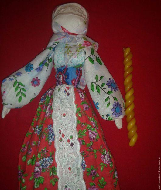 Для привлечения (сохранения) любви. Кукла оберег + свечи с вплетённой заговоренной красной нитью.