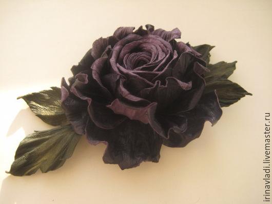 цветы из кожи роза, темно фиолетовая  роза из кожи брошь, черничный цвет, роза из кожи  заколка автомат, резинка для волос с цветком, украшение из кожи фиолетовая роза, аксессуары для волос роза,