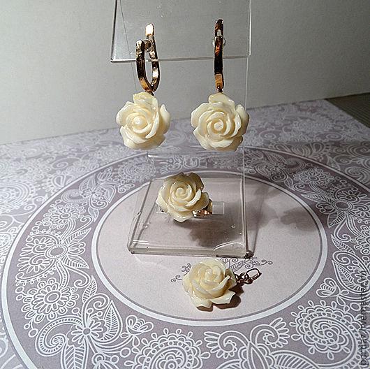 Комплект украшений ручной работы - серьги, кольцо и подвеска с розочками из коралла цвета экрю (кремового). 2300 руб.