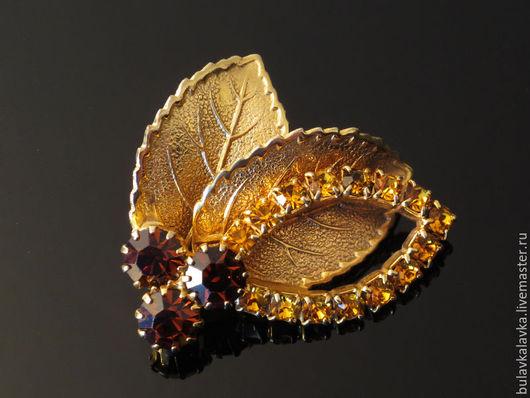 Винтажная брошь в форме стилизованных листьев из текстурированного, бижутерного сплава цвета золота и ослепительных кристалов. Брошь не маркирована.