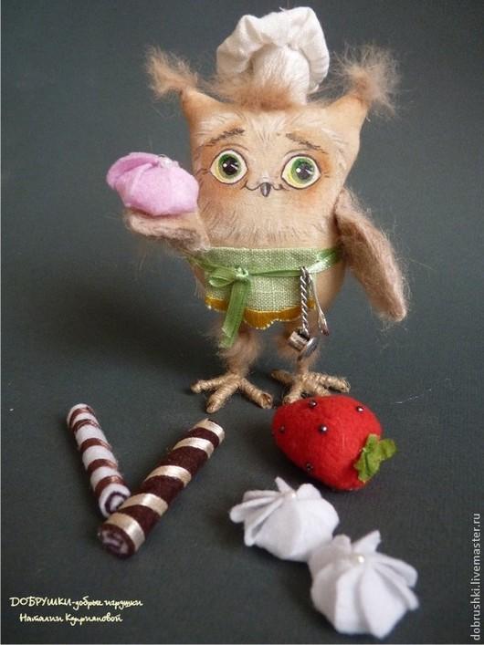 Совёнок Кондитер. Текстильная игрушка. 11 см. На поясе чашечка с ложечкой, чтобы в любой момент попить чайку со своими сладостями!