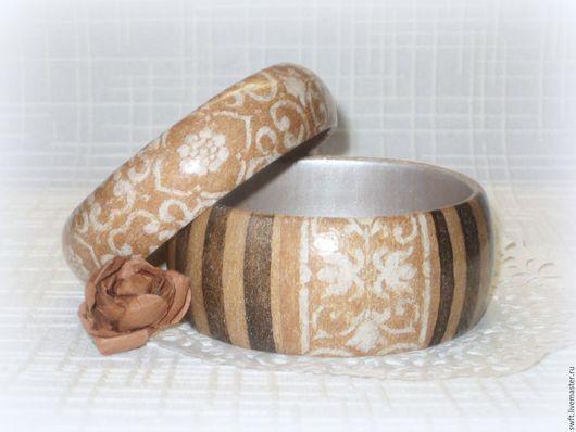 коричневый серый полосатый в полоску женский недорогой деревянный серый браслет орнамент  недорого красиво подарок что подарить девушке женщине сестре подруге маме жене на 8 марта день рождения дерево