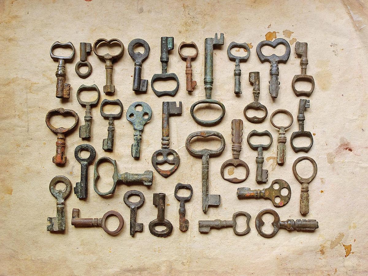 Старинные ключики из бронзы и латуни. Маленькие ключики 18-19 веков.