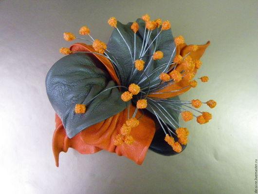 Заколка-автомат  для волос  цветок из кожи Пряный Аромат оранжевая серая бежевая. Надежный и прочный механизм заколки автомат для волос. Оригинальный объёмный авторский цветок на голову, на прическу.