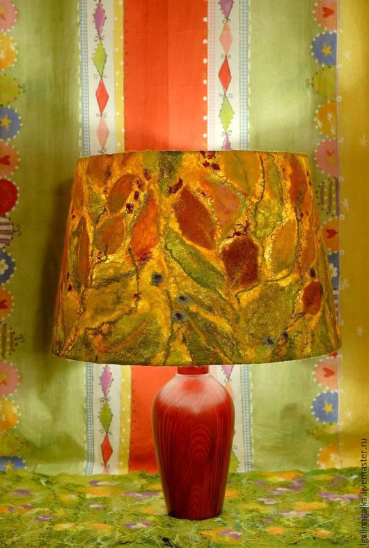 Светильник с включенной лампочкой.