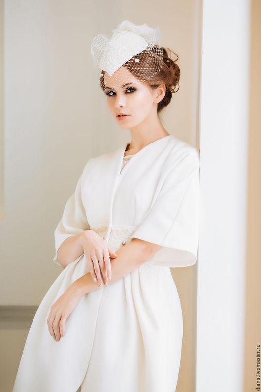 белое элегантное женское пальто