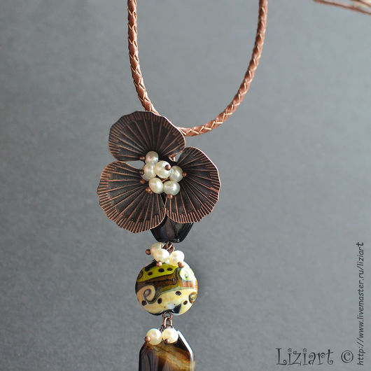 Авторские украшения Liziart Колье-галстук с жемчугом и бусинами lampwork Кулон подвеска с цветком и жемчугом на кожаном шнуре Кулон - галстук на шнуре из лэмпворка с цветком Кулон с агатом